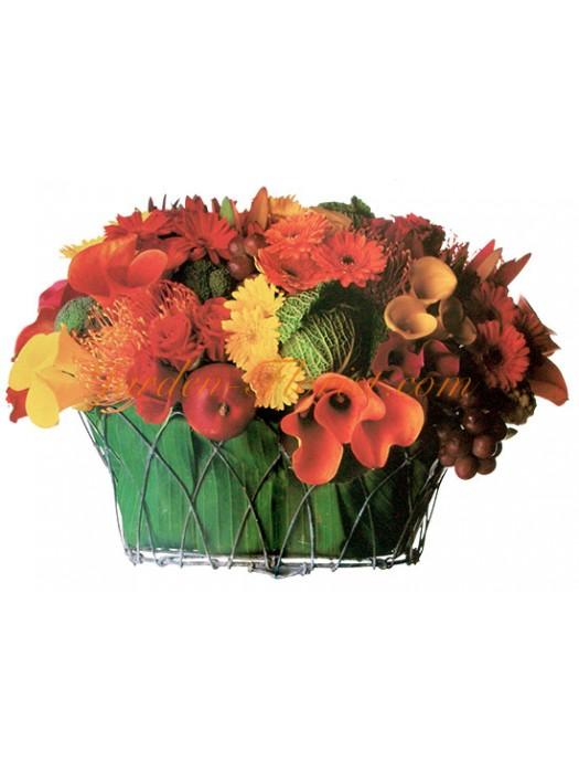 Артистичен микс от сезонни цветя
