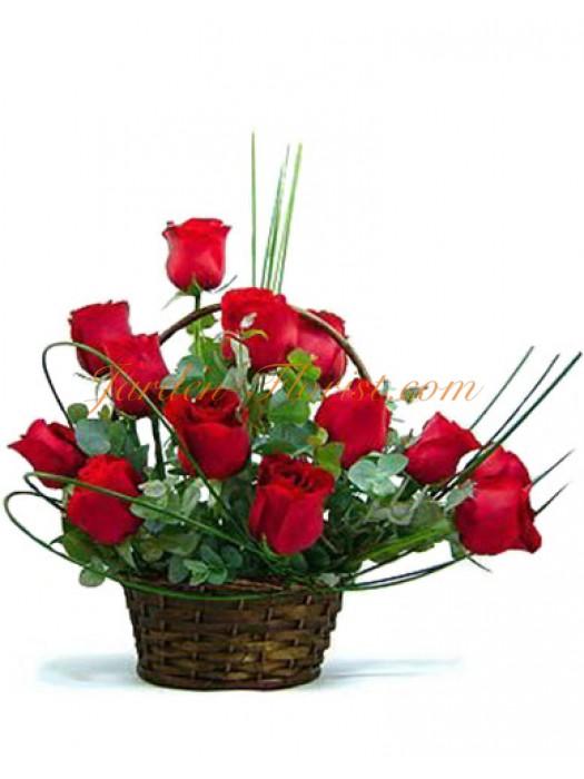 Аранжировка с Червени рози в кошница