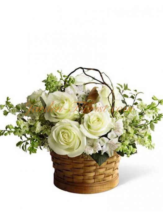 Аранжировка с Бели рози в кошница