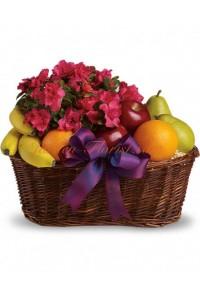 Кошница с плодове и цъфтящо растение