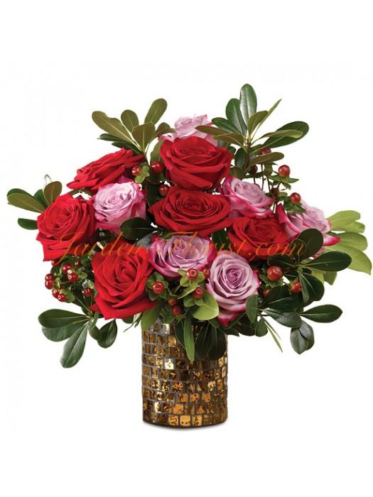 Зимен букет от рози и ефектни допълнения