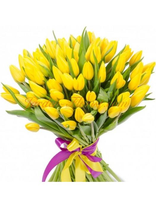 Букет от слънчеви жълти лалета