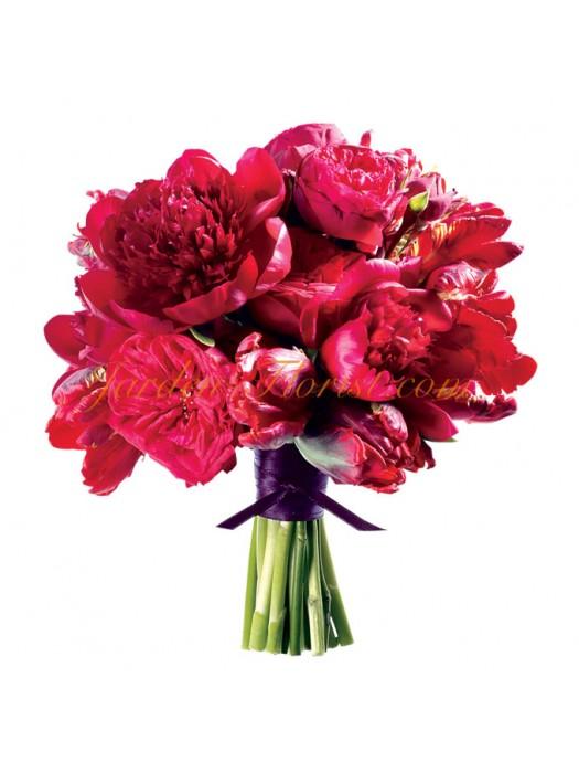Модерен сватбен букет с горещо розови пеонии