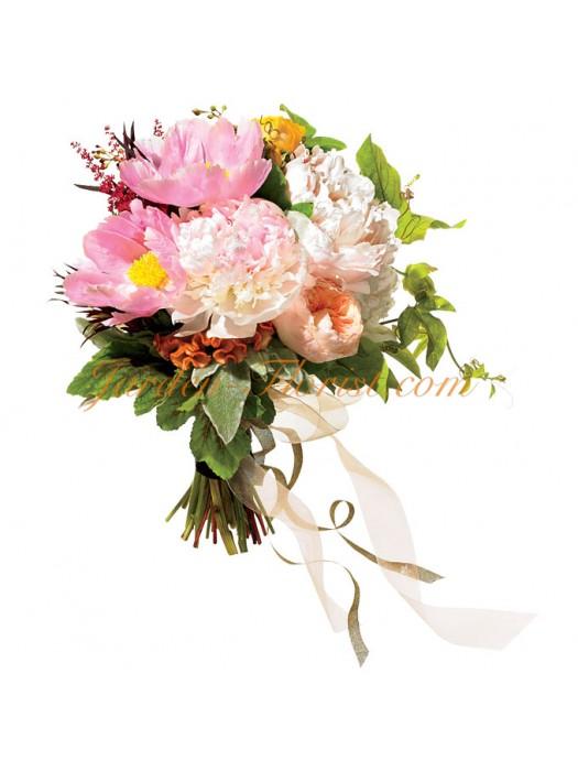 Небрежен сватбен букет с розови пеонии